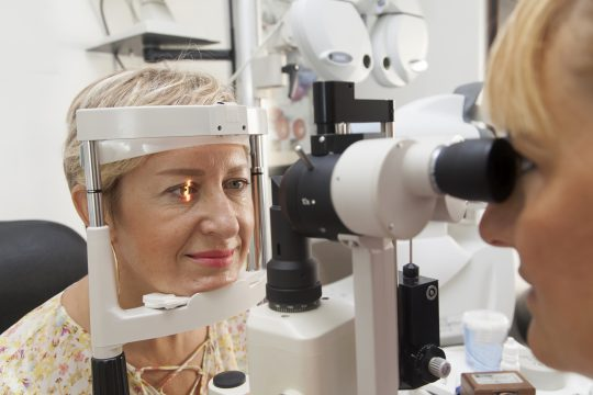 james-bontoft-optometrist-eye-test-scan-female
